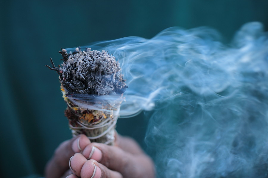 BURNING WHITE SAGE KILLS AIRBORNE BACTERIA AND IMPROVES HEALTH